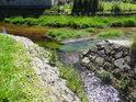Levobřežní přítok posiluje Svratku v Herálci v pevném kamenném korytě.
