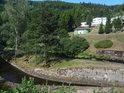 Ostrůvek ve Svratce, tvořený levobřežním náhonem na malou vodní elektrárnu pod hrází Vír III.