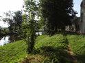 Pěšina po pravém břehu Svratky v dolní části Tišnova.